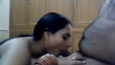 Desi sex blog presents mature bhabhi hot blowjob session