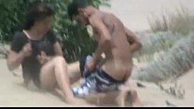 Live sex video of a hot Pakistani bhabhi at the beach