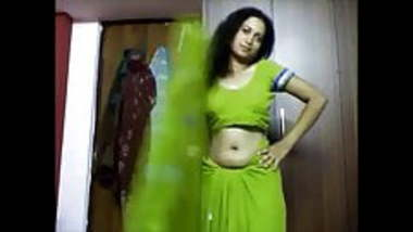 Desi bhabhi navel hole open show in saree nude with hugetits