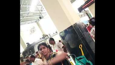 desi aunty showing sexy hip and navel in public - travel diaries